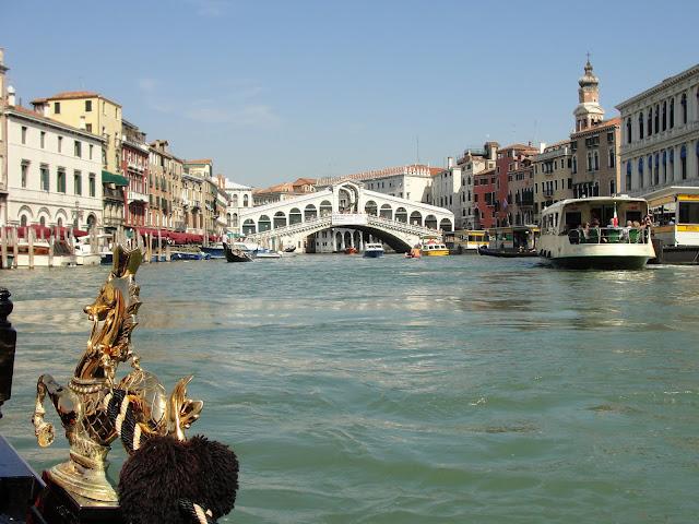 Ponte Rialto, vista da gôndola, Veneza.