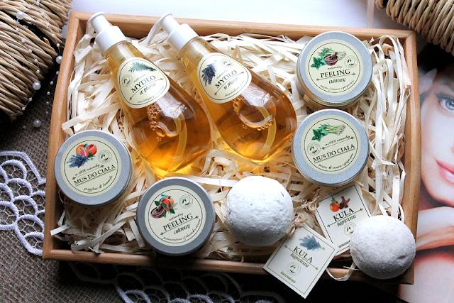 """Kosmetyki naturalne, w które warto zainwestować: kule do kąpieli, peelingi, musy i mydła z manufaktury """"Z Natury Lepsze""""."""