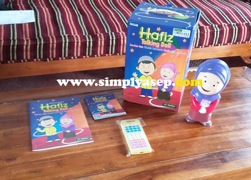 PAKET :  Satu paket Hafiz Talking Doll ini sudah dilengkapi dengan remote control, buku manual dan kabel chargernya.  Foto Asep Haryono