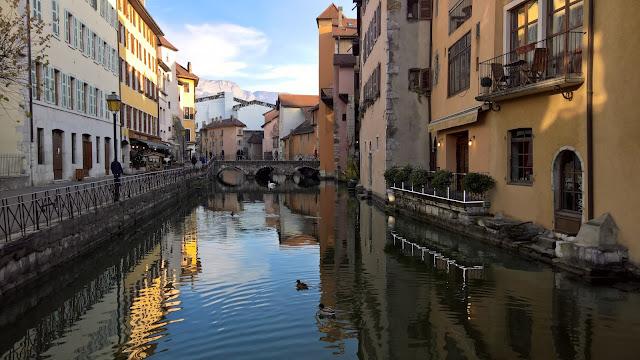 Canali di Annecy in una splendida giornata di sole