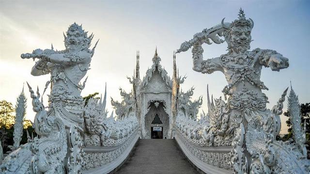 Ngôi chùa được xây dựng từ năm 1997, tất cả kiến trúc đều được làm thủ công bởi Chalermchai. Năm 2014, nơi này bị phá hủy một phần do trận động đất. Tuy nhiên, điều đó không làm nản lòng người nghệ sĩ tâm huyết. Ông dự định hoàn thành công trình của cuộc đời vào năm 2070. Bao quanh chùa là công viên với hồ nước và nhiều tác phẩm điêu khắc thủ công kỳ lạ như ác quỷ, đầu lâu, hay các quái vật trong văn hóa dân gian Thái Lan.