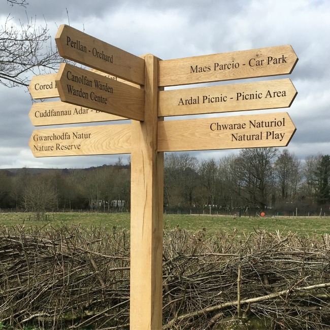 wooden-finger-signpost-directing-to-different-parts-of-the-reserve