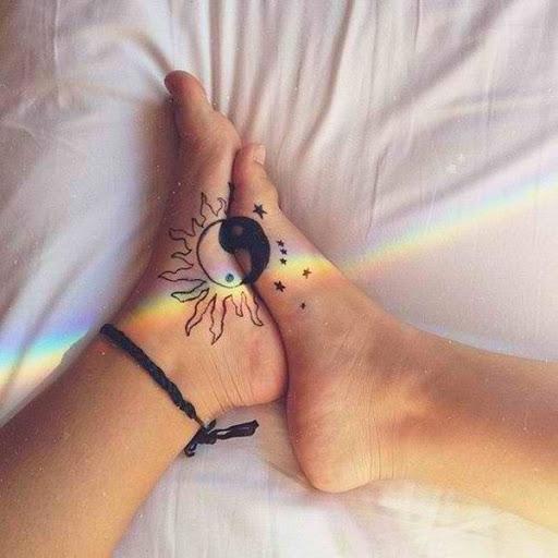 Maravilhoso olhando Yin Yang tatuagem nos pés. Quando combinados, eles formam o harmonioso do Yin Yang.