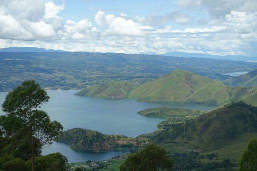 pemandangan danau toba dari salah satu bukit