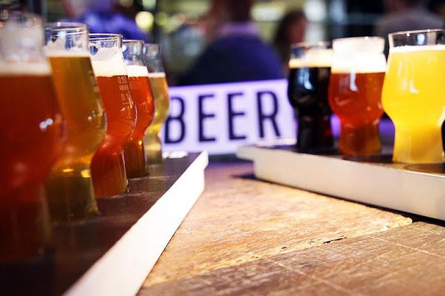 Diferentes tipos de bebida no tour da cerveja por Berlim