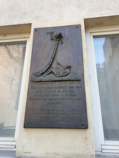 שלט עם דגם האנדרטה לזכר קרל לוץ
