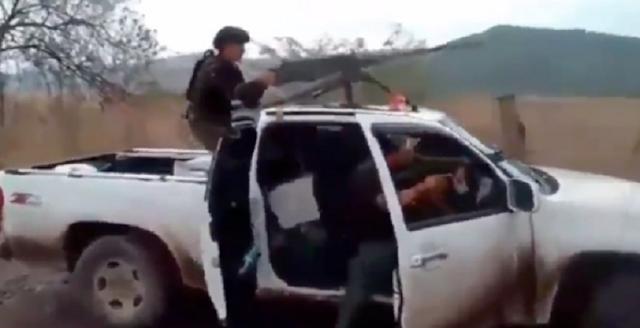 """VIDEO.- Con camionetas artillada con ametralladora calibre .50 CJNG se graba enfrentando a Cárteles Unidos en Michoacán """"Quémale 'guacho', ahí mero donde tiraste"""""""
