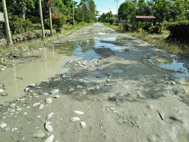 Rusak Parah, Jalan Poros Baebunta-Malbar Berkubang dan Berlumpur