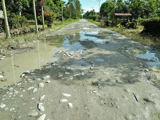 Rusak Parah, Jalan Poros Sabbang-Malbar Berkubang dan Berlumpur