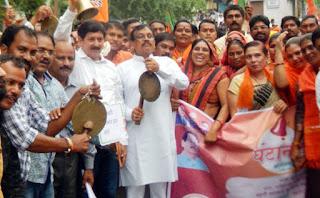 घंटानाद आंदोलन में कलेक्टर कार्यालय पर भाजपा का जंगी प्रदर्शन