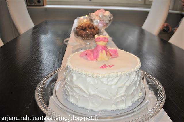 synttärit, syntymäpäivä, kakku, 4-vuotias, kaulintamassa, täytekakku
