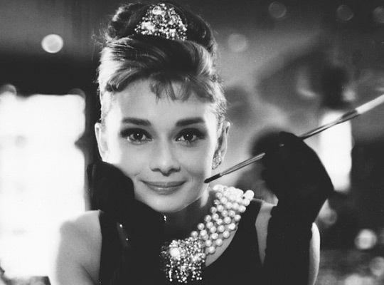 Bonequinha de luxo é um filme ao mesmo tempo belo e engraçado. A atuação de  Audrey Hepburn, é uma das mais encantadoras que já vi, estou ansiosa pora  ... 9a56e28550