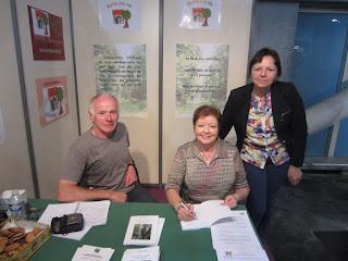 Signature de Ronde de lapins sous la lune au salon Senioreva, avec Marion, écrivain public biographe