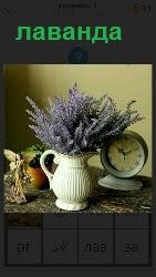 на столе стоит ваза с букетом цветом и будильник