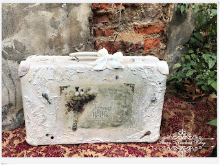 Romantyczna walizka w bieli i beżach – ptaszyny na krzewie jeżyn – Decoupage & Mix Media ;)
