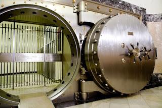 Una de las enormes puertas de acero, redonda, de la cámara acorazada.