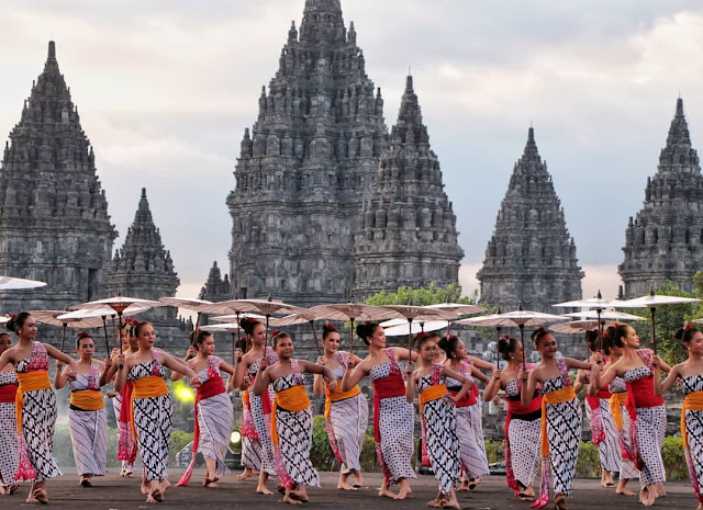 festival payung indonesia di candi prambanan