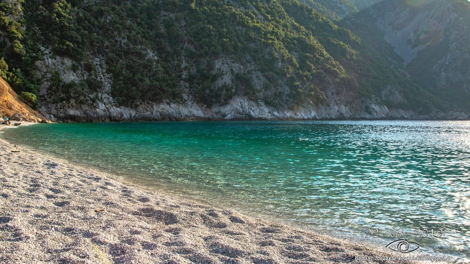 Αυτή είναι η παραδεισένια παραλία Θαψά στην Εύβοια.