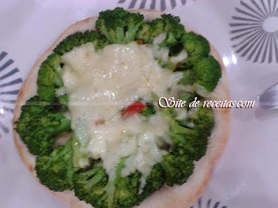 Esfiha aberta de queijo com brócolis