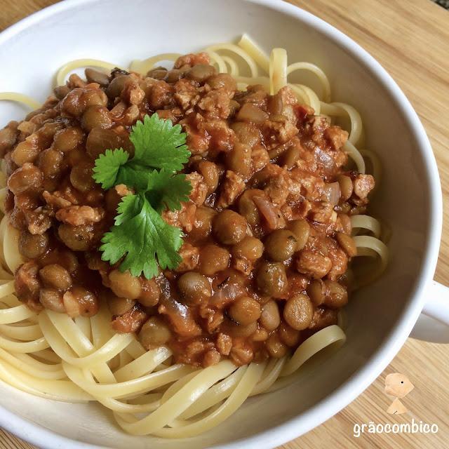 Macarrao com chiili de lentilha