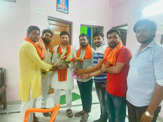 भारतीय जनता पार्टी युवा मोर्चा  का अरुण यादव को युवा मोर्चा  प्रदेश मंत्री चुनने पर कार्यकर्ताओं ने स्वयंसेवक संघ कार्यालय पर गुलदस्ता देकर स्वागत किया