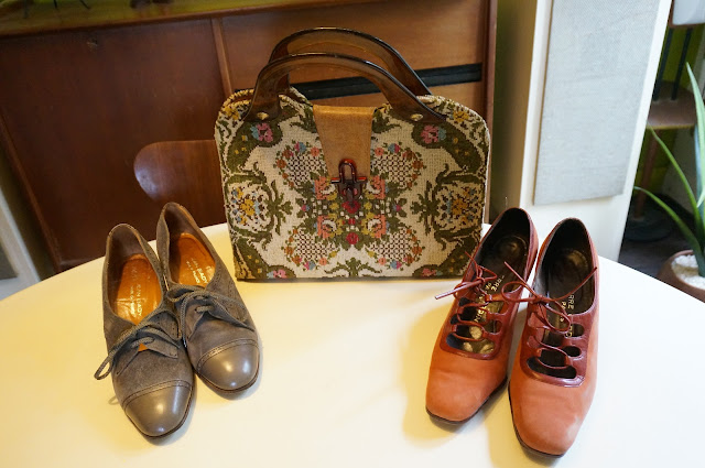 un sac tapisserie , des chaussures Pierre Cardin / Jean Bady  70s tapestry handbag ,suede Oxford shoes , Pierre Cardin orange suede lace up shoes 1970s 70s 1980s 80s granny chunky