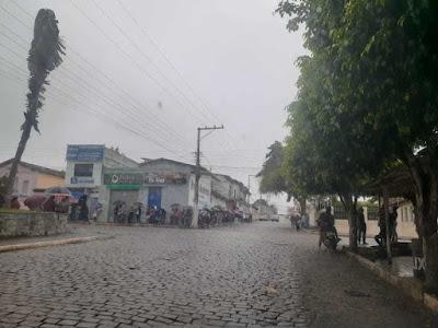 Lotérica com filas e aglomeração de pessoas em Itiruçu