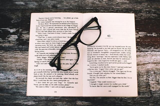 Livre ouvert avec des lunettes de vue.