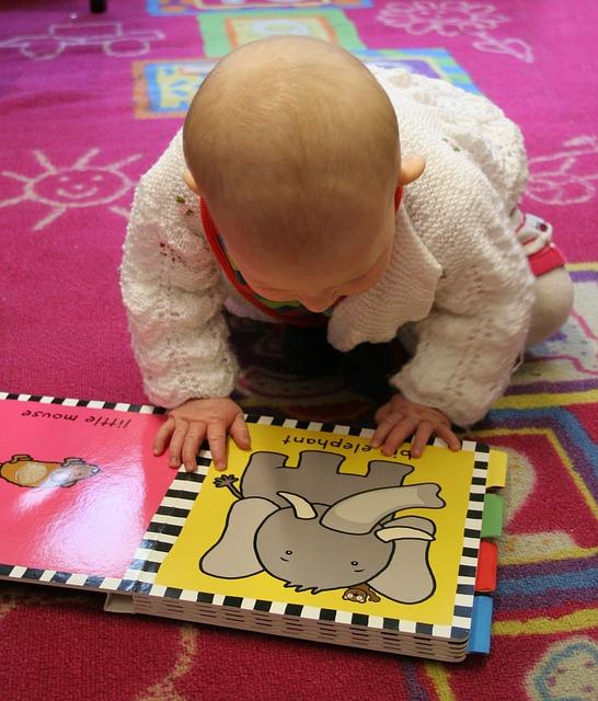 Baby sieht sich ein Buch an