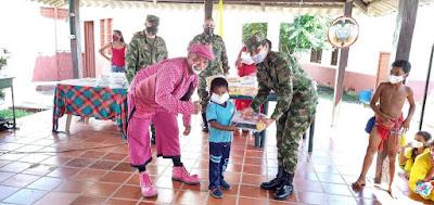hoyennoticia.com, Cabo Wayuu del Ejército entregó kit escolares en el  Centro Etnoeducativo Ballena