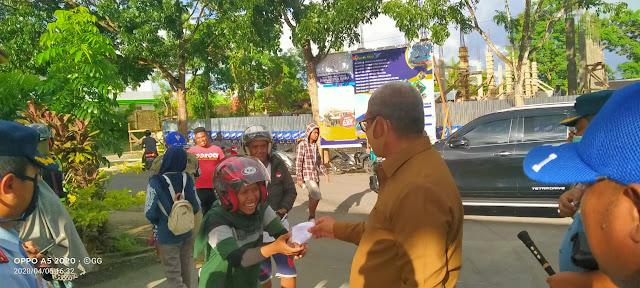 Bupati Maluku Tenggara M. Thaher Hanubun saat membagikan masker