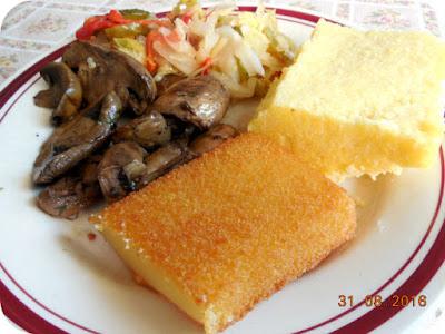 cascaval pane, mamaliga cu ciupercute si salata de muraturi