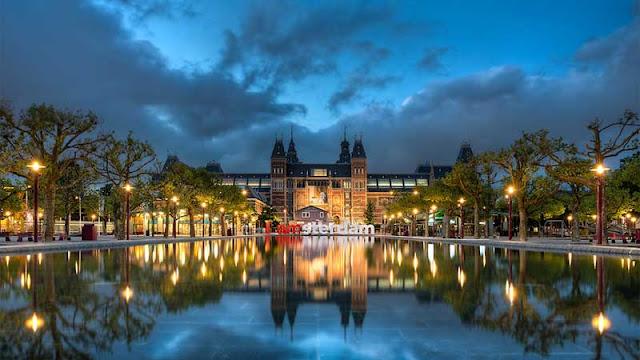 Parada na Praça Museumplein em Amsterdã