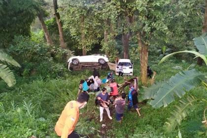 Dua Mobil Tabrakan Hingga Masuk Jurang di Mojokerto, Bayi 10 Bulan Kritis
