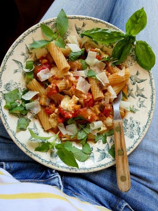 https://www.buddenbohm-und-soehne.de/2014/08/08/rigatoni-mit-tomaten-auberginen-sauce-und-mozzarella/