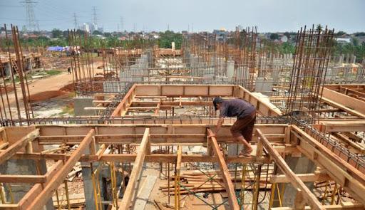 Pemasangan Bekisting untuk dak lantai beton