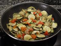 Friendo las verduras.