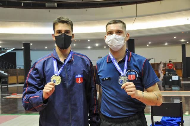 Bruno Pekelman e Enrico Pezzi mostram medalhas