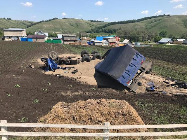 В Бижбулякском районе перевернулся КамАЗ с зерном