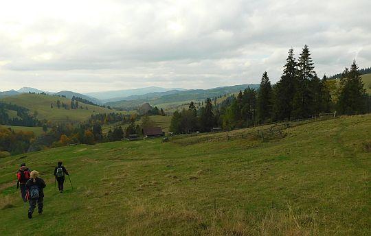Schodzimy do doliny Białej Wody. Z lewej widać bacówkę.