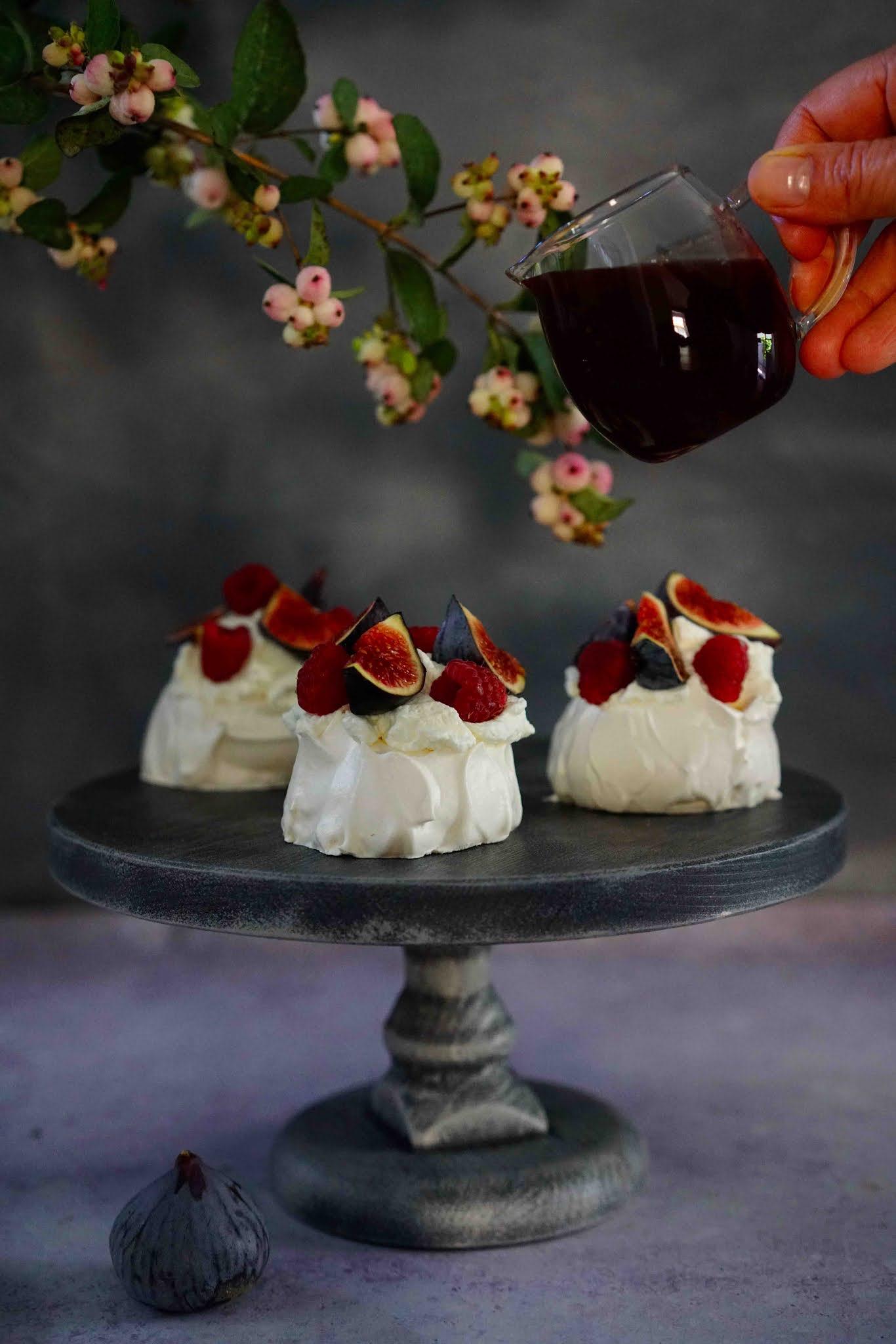 pavlova , sirop de grenade aux épices , chantilly , dessert festif