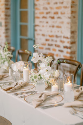 table decor with white floral and gold rimmed charger