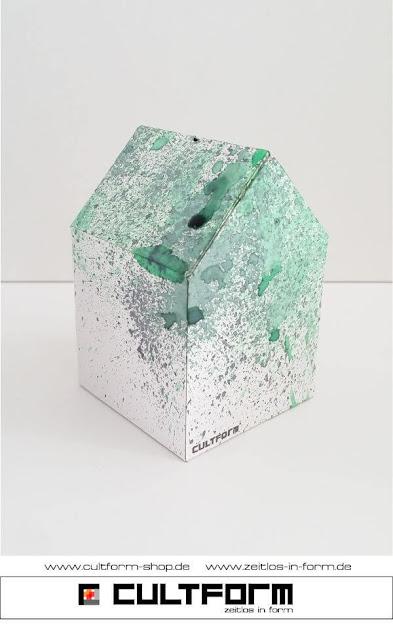 Die Hausbox von Cultform. Ein eindrucksvolles und doch einfaches DIY: kleine Geschenke individuell modern verpacken im aktuellen Watercolor-Trend: Hausbox mit grünen und schwarzen Sprenkeln