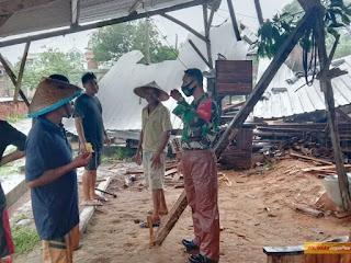 Sekejab Angin Puting Beliung Runtuhkan Rumah Desa Rau