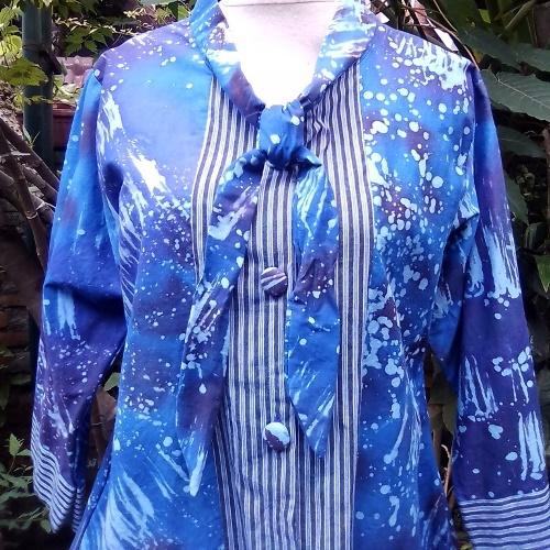 Blus Biru Dengan Asesoris Tali di Bagian Leher Depan