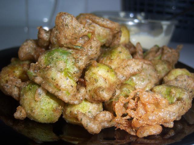 Tempura de verduras con coles de bruselas y harina de escanda.