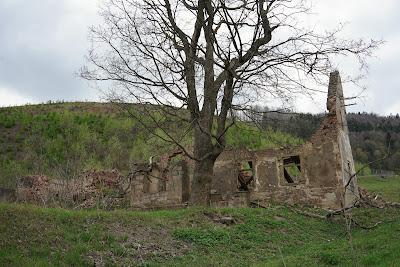 Opuszczony zrujnowany dom tuż obok kopalni melafiru