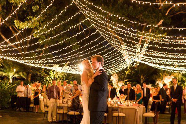 Decoración con luces colgantes para tu boda - Foto: www.sard.dvrlists.com