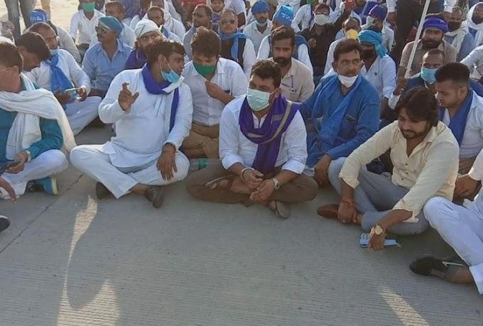 सौ से अधिक समर्थकों के साथ चंद्रशेखर गिरफ्तार, रिहा, 5 घंटे से धरने पर बैठे,कहा-पीड़ितों से बिना मिले नहीं उठूंगा