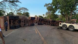 Acidente entre duas carretas e caminhonete causa interdição na BR-135 no Maranhão